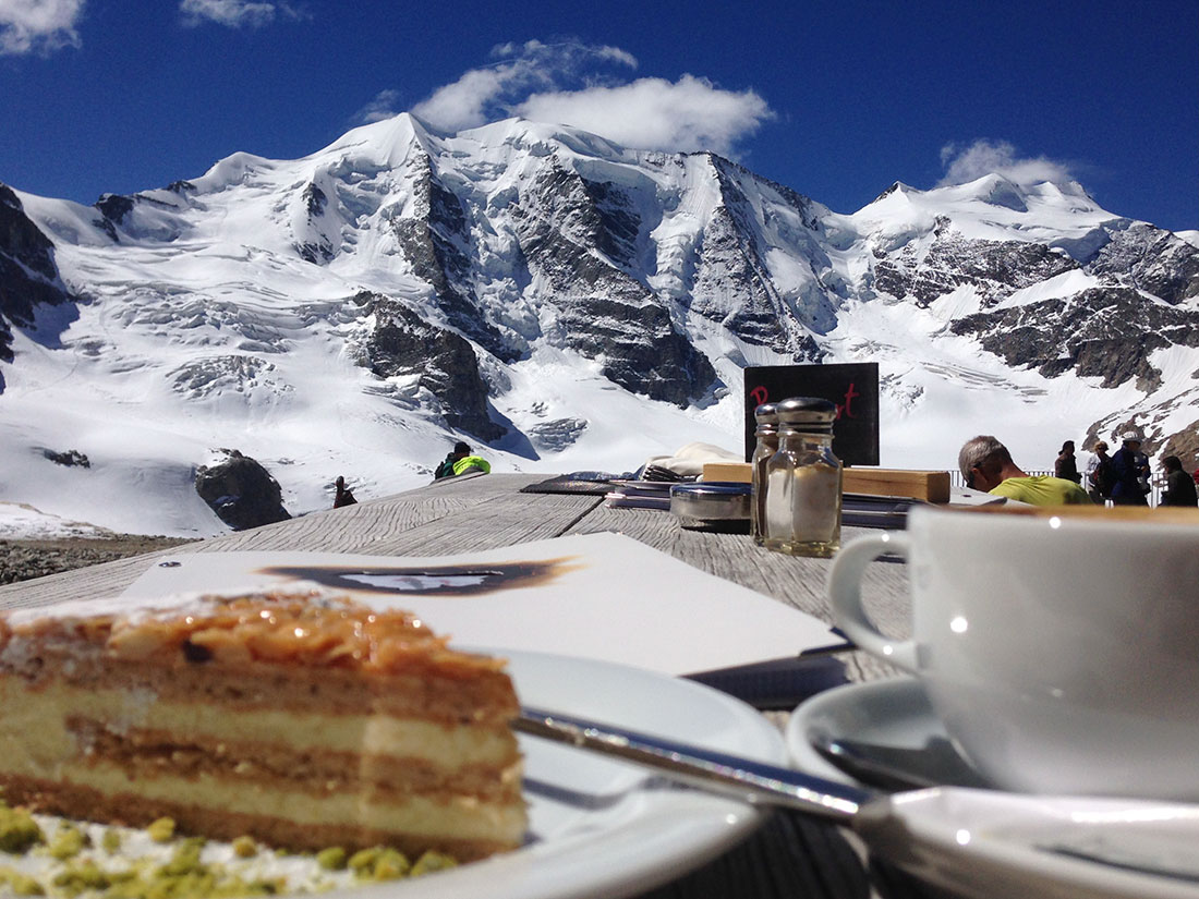 yogaevery4u während einer Bergtour. Nach unseren gemeinsamen Yoga-Übungen geniessen wir Kuchen und Cafe.